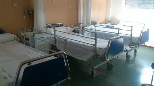 Habitación con tres camas en el Hospital Virgen Macarena de Sevilla