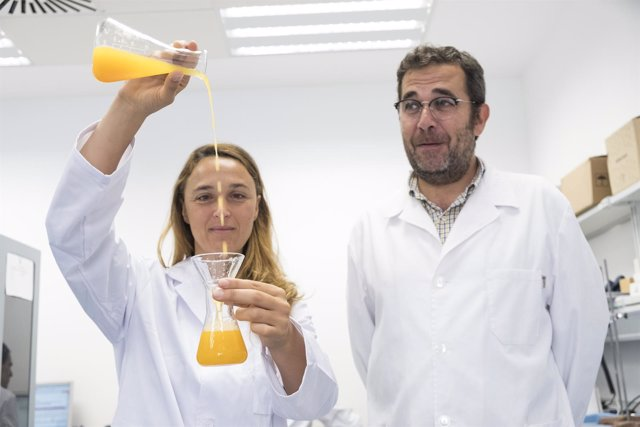 Investigadores con zumo de naranja mmmmm