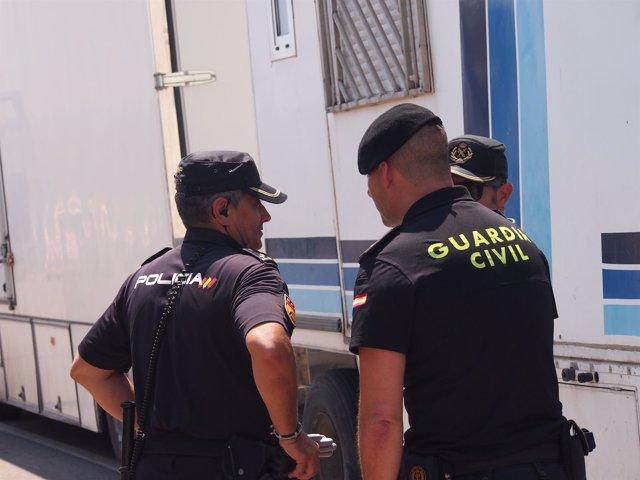 Efectivos de la Guardia Civil y la Policía Nacional