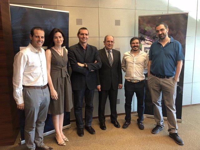 Representantes de Esri y la Asociación de Geógrafos Españoles
