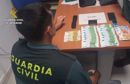 Un detenido en Lepe por ocultar hachís y 2.600 euros en su bolso e intentar eludir a la Guardia Civil