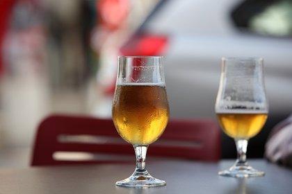 Hosteleros denuncian que decenas de personas montas mesas para comer en el paseo de Pinedo junto a los restaurantes
