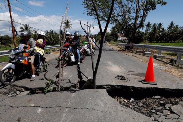 Carretera destruida por el terremoto en Lombok (Indonesia)