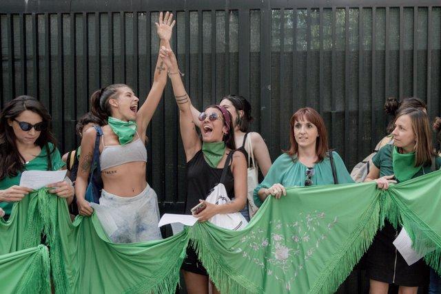 Pañuelazo internacional por el aborto legal en Argentina frente a la Embajada Ar