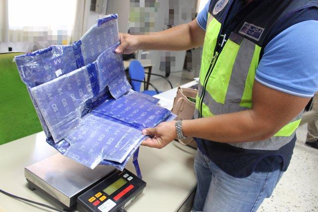 Cocaína oculta en una maleta en una imagen de archivo