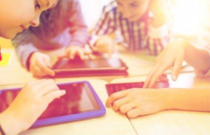 Sobreexposición a pantallas, los riesgos que asumen los niños