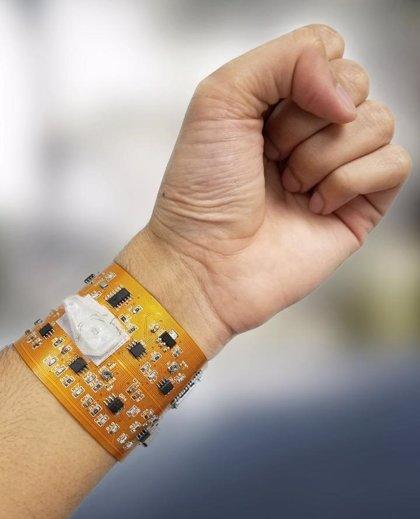 Crean una pulsera inteligente que puede controlar la salud conectada a un smartphone