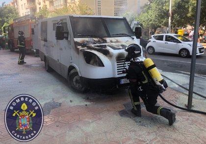 Arde un furgón de seguridad en Cartagena mientras realizaba su ruta