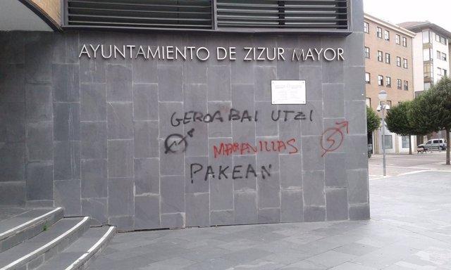 Pintada aparecida en el Ayuntamiento de Zizur Mayor