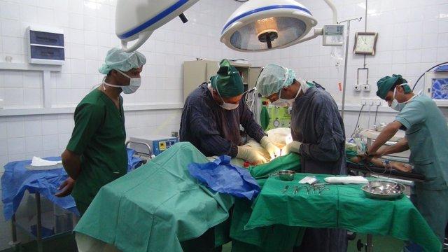 Médicos de Cruz Roja atienden a un herido