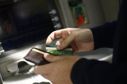 Detenido por realizar reintegros en cajeros en cajeros con la tarjeta de su pareja
