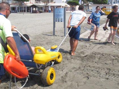 Cerca de 2.200 personas con discapacidad y movilidad reducida participan en 'Disfruta en la playa'