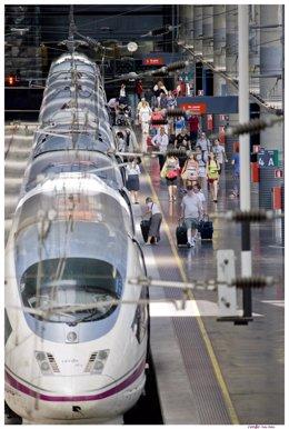 Estación con tren AVE y viajeros de Renfe