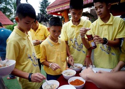 Tailandia concede la nacionalidad a tres niños y al entrenador rescatados en la cueva