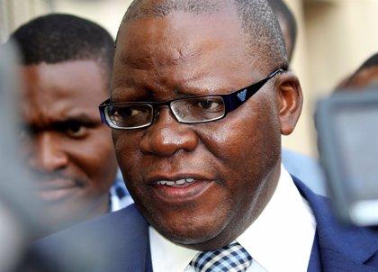 Zambia deporta al opositor zimbabuense Tendai Biti tras rechazar su petición de asilo