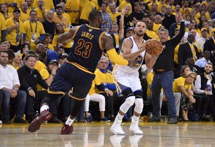 """Curry defiende a LeBron James y denuncia el """"racismo antiguo"""" de Trump"""