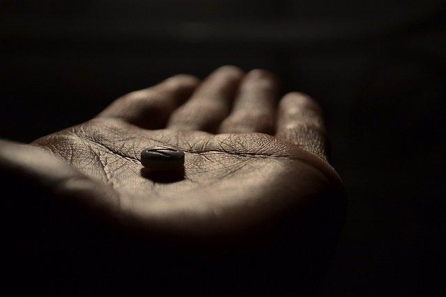 Pastilla, píldora, fármaco, medicamento, mano