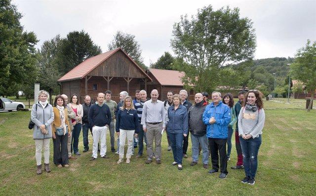 Los consejeros en su visita al camping del parque de Urbasa Andia
