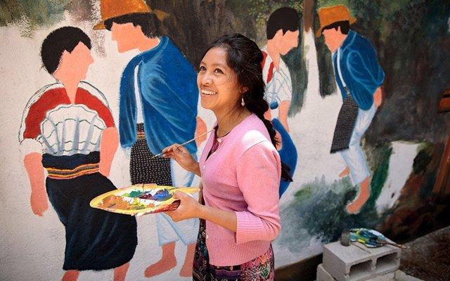 Mujer indígena pintando