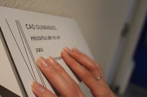 Cartel en braille de una obra de la Bienal de Arte Contemporáneo Fundación ONCE
