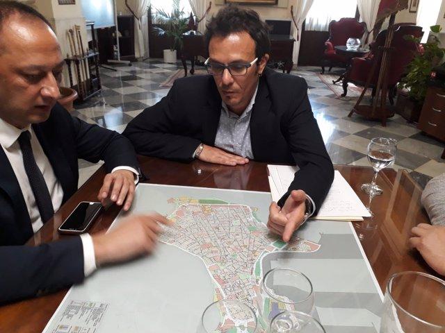 El delegado del Gobierno, Gómez de Celis, y el alcalde de Cádiz, J. Mª González