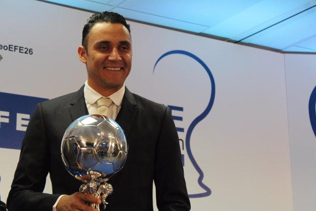 Keylor Navas con el trofeo