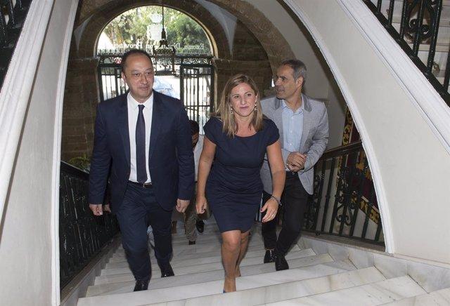 El delegado del Gobierno, Gómez de Celis, y la presidenta de la Diputación