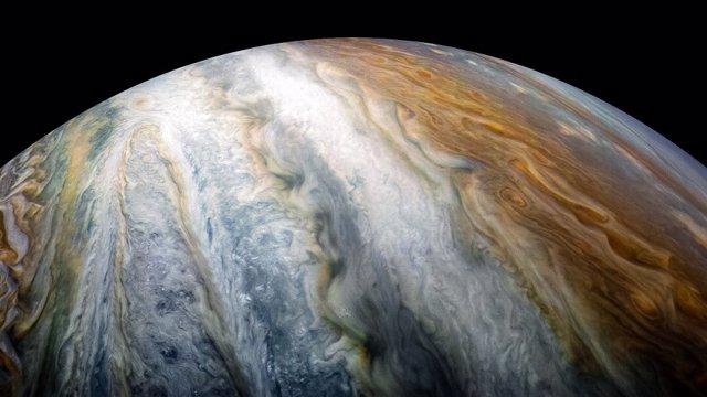Bandas coloreadas recorren Júpiter