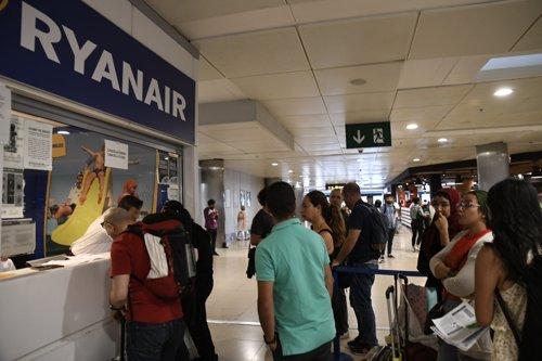 Viajeros en los mostradores de Ryanair