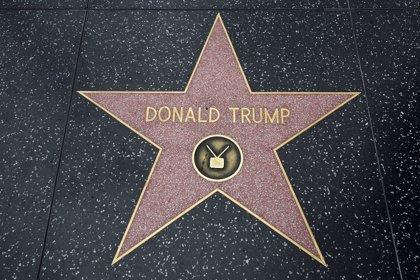 Una facción conservadora llena el Paseo de la Fama de Hollywood de estrellas falsas de Donald Trump