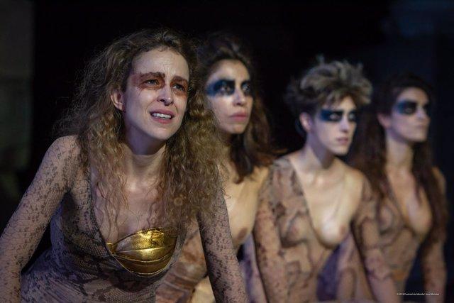 Silvia Abascal acompañada por el coro de Las Amazonas con el pecho descubierto
