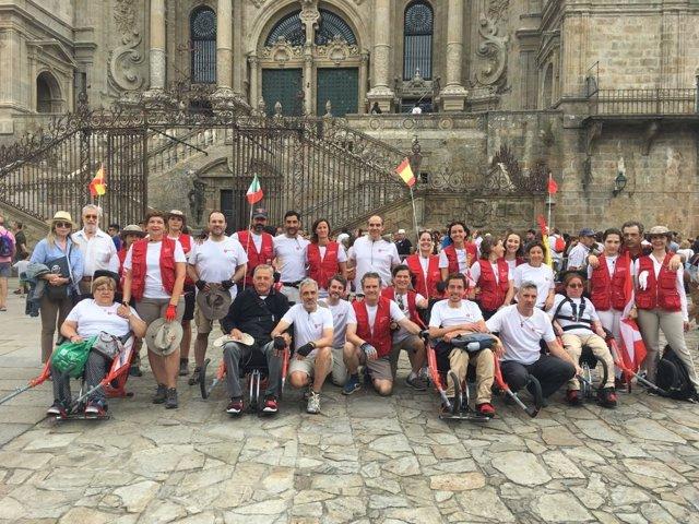 Cuatro peregrinos en silla de ruedas y voluntarios de la Orden de Malta