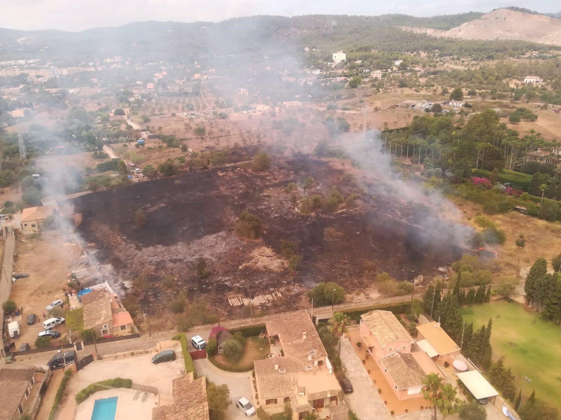 Un avión y un helicóptero participan en la extinción de un incendio agrícola en Son Anglada