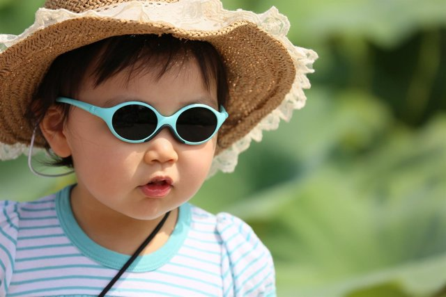 Una niña con gafas de sol, protección solar, radiación solar