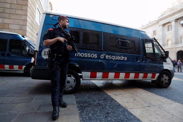 Un Mosso realiza labores de seguridad en el exterior de la Generalitat