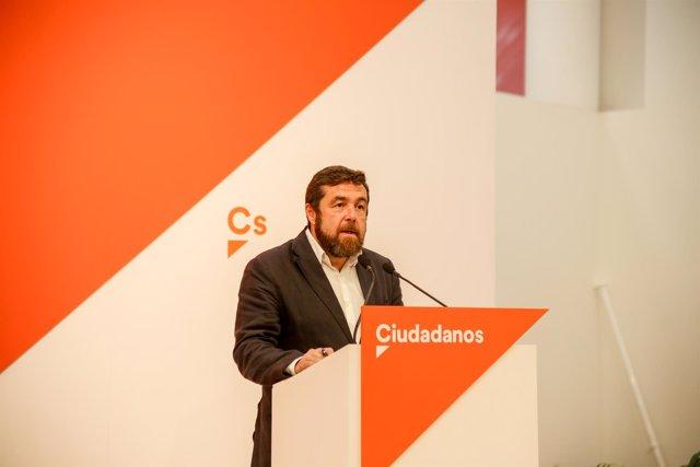 El secretario del Grupo Parlamentario Ciudadanos, Miguel Gutiérrez, ofrece una r