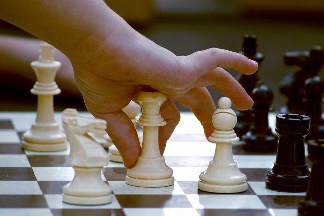 Estudiante jugando al ajedrez