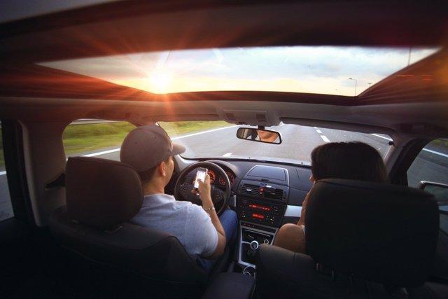 Hombre usando el móvil al volante
