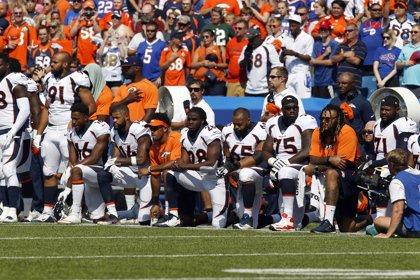"""Trump pide multar """"sin sueldo"""" a los jugadores de la NFL que protesten durante el himno"""