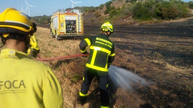 Bomberos sofocan un incendio de pastos en Vejar