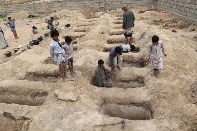 Tumbas para las víctimas del ataque aéreo sobre Sadá