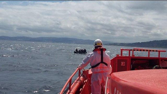 Un operario de Salvamento Marítimo y una patera al fondo