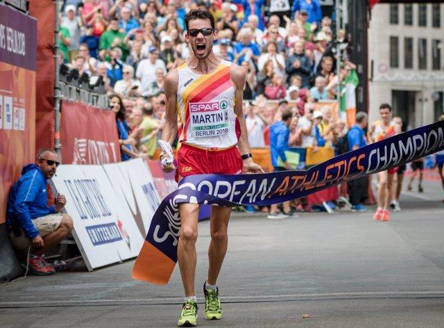 Álvaro Martín celebra su victoria en los 20 km marcha del Europeo