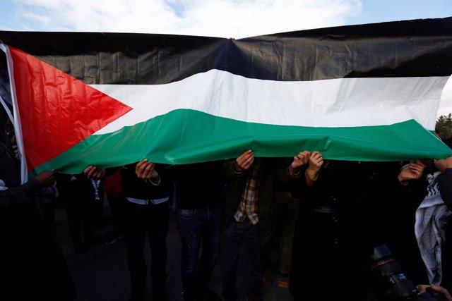 Bandera palestina durante una protesta en Amán