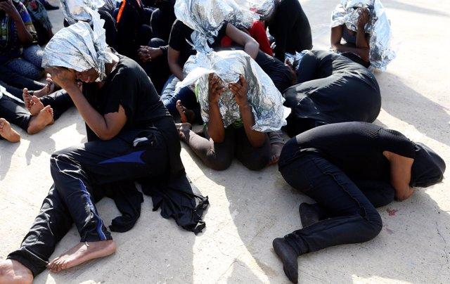 Migrantes devueltos a una base naval de Trípoli
