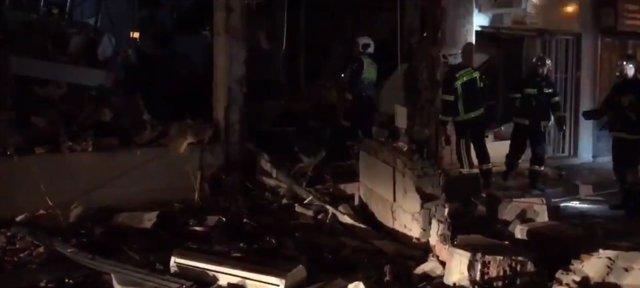 Bomberos trabajan en el restaurante que ha sufrido una explosión en Pozuelo