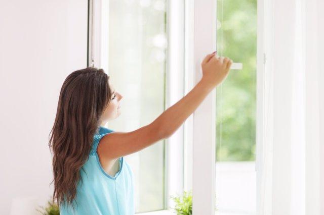 Ventilar, ventana, respirar, feliz, relax, mujer pelo largo
