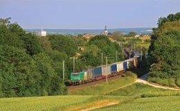 Transporte de camiones de mercancía a bordo de tren