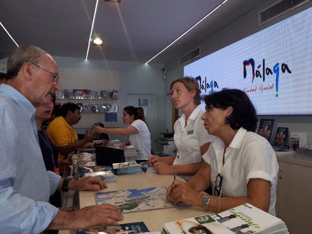 De la Torre, alcalde de Málaga, en un punto de información turísica