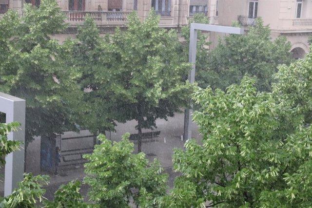Una fuerte tormenta cae en la capital aragonesa.